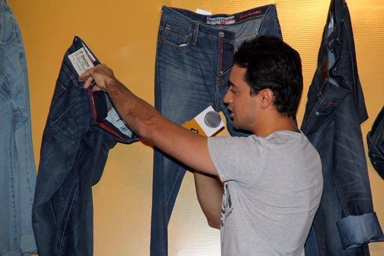 Imran Khan Showing Us the Canvas Label
