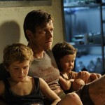 Samuel Joslin, Ewan McGregor and Oaklee Pendergrast in The Impossible